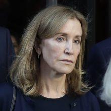 Aktorė F. Huffman pradėjo įkalinimo bausmę dėl kyšininkavimo