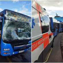 Judrioje Klaipėdos sankryžoje – autobusų avarija: susidūrimo metu griuvo ir susižalojo keleivė