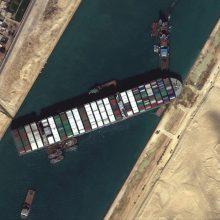 Du papildomi buksyrai skubėjo padėti nutempti Sueco kanalą užblokavusį laivą