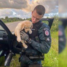 Gelbėjimo operacija: pareigūnams teko pasirūpinti girto BMW vairuotojo šuniuku