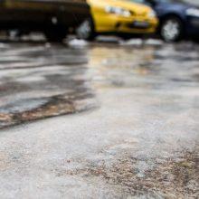Vairuokite atsargiai: didžiojoje šalies dalyje eismo sąlygas sunkina plikledis