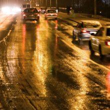 Naktį eismo sąlygas sunkins gūsingas vėjas ir plikledis