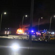 Vilniaus prieigose vilkikas rėžėsi į automobilių koloną: jo vairuotojas žuvo liepsnose