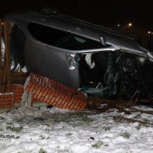 BMW skrydis Vilniaus rajone: jaunuolis nesuvaldęs automobilio rėžėsi į gyvenamojo namo tvorą