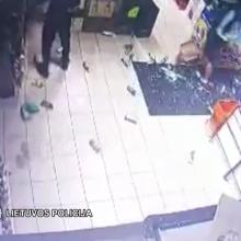 Ištroškę jaunuoliai Šilutėje plytomis išdaužė parduotuvės stiklą