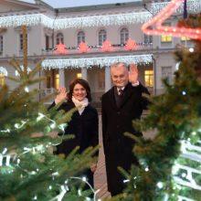 Prezidentūroje – šventinės šviesos: G. Nausėda ir pirmoji ponia įžiebė eglutes
