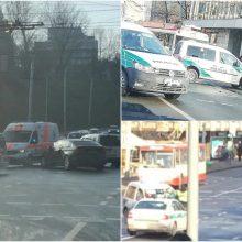 Sostinėje BMW vairuotojas nepraleido skubančių pareigūnų: vyrai išvežti į ligoninę