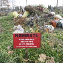 Lėbartų kapinėse – nepagarba mirusiems: po Vėlinių vieta labiau primena šiukšlyną
