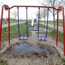 Klaipėdiečiai nerimauja dėl vaikų saugumo: sūpynės – ant pažliugusios žemės