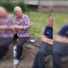 Gyventojai griebiasi už galvų: uostamiesčio daugiabučių kiemuose liejasi alkoholis