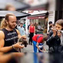 Akibrokštas veganų festivalyje: du vyrai pradėjo valgyti voveres <span style=color:red;>(vaizdo įrašas)</span>