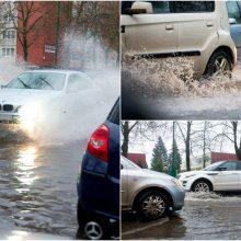 Klaipėdą skandino lietus: po gausesnių kritulių patvino Reikjaviko gatvė