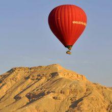 Nelaimė Egipte: stiprus vėjas oro balioną su turistais nunešė į kalnus