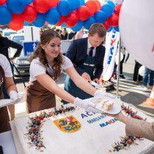 """""""Maxima"""" dėkoja Marijampolei: akcinės prekės iš """"M"""" raidės ir šventiniai tortai"""