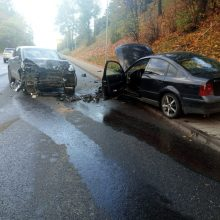 """Vilniuje – """"Porche"""" ir """"VW Passat"""" avarija: po smūgio automobiliai gerokai aplamdyti"""