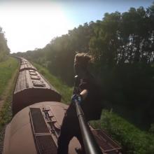 Kauniečio kelionės traukinių stogais: džiugina gerbėjus, bet šiurpina pareigūnus