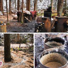 Molėtų rajono miškuose pareigūnai aptiko naminės degtinės fabrikėlį