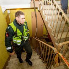 Neramumai Klaipėdoje: daugiabučio laiptinėje apiplėšta moteris