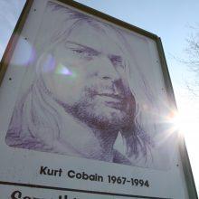 """Aukcione parduodama buvusio """"Nirvana"""" lyderio C. Cobaino gitara ir megztinis"""
