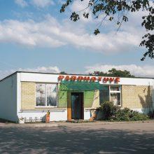 """Ženklai: nuotraukų serijoje """"Laikinai atidaryta"""" Marius ir Lina įamžino mažų miestelių parduotuves."""