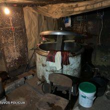 """Policijai įkliuvo du Šakių rajono gyventojai: pareigūnai aptiko du naminės degtinės """"taškus"""""""