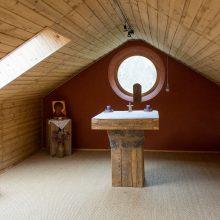 Naujovės: buvusio beverčio garažo patalpose bendruomenės jėgomis įrengti rekolekcijų namai, kur meldžiamasi, bendraujama, vyksta susitikimai, skaitomos paskaitos, gali apsigyventi piligrimai.