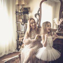 Virsmas: prie šio senovinio stalo su veidrodžiu vyksta pelenių virsmo princesėmis istorijos – Eglės, jos dukrelių, fotomodelių gražinimo, įvaizdžio keitimo procesai.