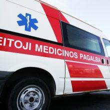 Eismo įvykis Vilkaviškio rajone: automobilis atsitrenkė į medį, nukentėjo du žmonės
