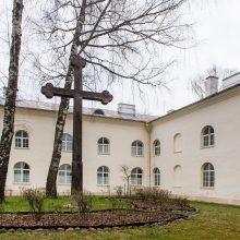 Kiemas: vienuolyno pastatai pradėti statyti 1694 m., baigti XVIII a. pradžioje. Keturi dviaukščiai korpusai supa keturkampį uždarą kiemą, kurio centre atstatant kryžių buvo rastas nesprogęs karinis sprogmuo.