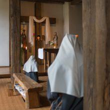 Malda: moteriškojoje vienuolyno dalyje įrengta koplyčia, kur seserys meldžiasi. Bendruomenės draugo menininko sukurtame altoriuje – šv.Jonas ir Švč.Mergelė Marija.