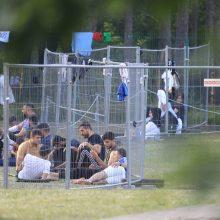 Sulaikyti migrantai gyvenimo sąlygas lygina su konclageriu, konfliktuoja dėl jau pabodusio maisto