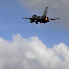 Prancūzijoje sudužo belgų naikintuvas, vienas pilotas nukrito ant elektros laidų