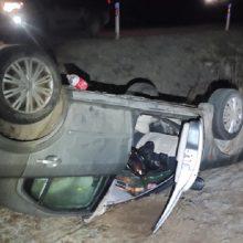 Nuo pasieniečių sprukusi girta vairuotoja nesuvaldė automobilio ir apsivertė
