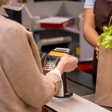 """Piktinasi sutrikusia """"Swedbank"""" veikla: bankomatai ir skaitytuvai """"atmeta"""" korteles"""