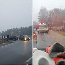 Vilniaus rajone susidūrė trys automobiliai: vienas nulėkė nuo kelio, nukentėjo žmogus