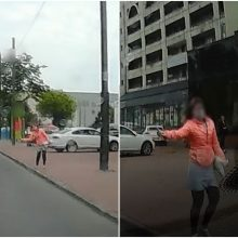 Fiksuoja kauniečiai: Savanorių prospekte vairuotojus blaškė nepadorūs praeivės gestai