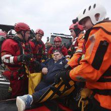 Smarkios liūtys Anglijoje nusinešė vieną gyvybę, potvyniai užliejo gatves