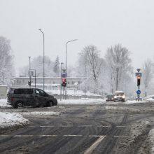 Vairuotojai, būkite atsargūs: eismo sąlygos išlieka sudėtingos beveik visoje šalyje