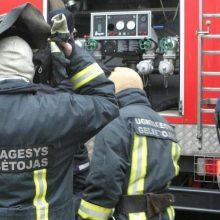 Zarasų padangų sandėlyje kilo gaisras: dirba gausios ugniagesių pajėgos