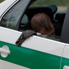 Lazdijų rajone į medį rėžėsi ir užsidegė automobilis: vairuotojas – sunkiai apgirtęs