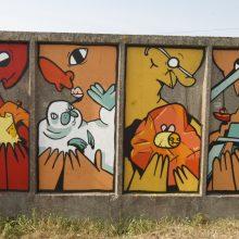 """Pajūryje – """"Rūpintojėlių"""" tvora: milžinus kūrė ir menininkas, ir praeiviai"""