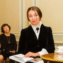 Pastebėjimas: anot M.Veriovkinos <span style=color:red;>(aktorės R.Kimbraitės)</span>, malonu, kad Baltoji gubernatūros salė per 100 metų mažai pasikeitė.
