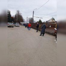 Prie Kauno klinikų nutįso žmonių eilė: kas vairuotojus įkalino stovėjimo aikštelėje?