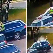 Įžūlus pareigūnės išpuolis: kolegos automobilį apmėtė miltais ir kiaušiniais