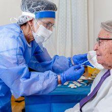 Nuomonės dėl mokamų testų išsiskiria: nesutaria, ar tokia skatinimo vakcinuotis priemonė – tinkama