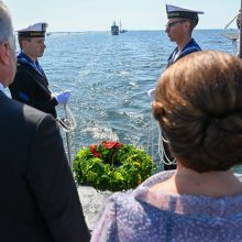 Šalies prezidentas pagerbė negrįžusius iš jūros: į bangas nuleisti vainikai