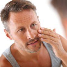 Ekspertė atskleidė, ar vyras gali naudoti žmonos veido kremą