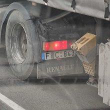 Kuriozas: lipni juosta vairuotojo nuo baudos neišgelbėjo