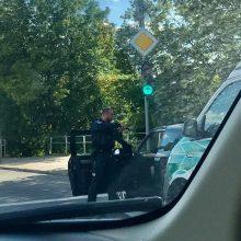 Po įvykio sostinėje – diskusijų audra: kodėl pareigūnas į vairuotoją nutaikęs ginklą?