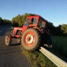 Traktorius vengė susidūrimo su šunimi, bet kliudė automobilį ir girtą pėsčiąją